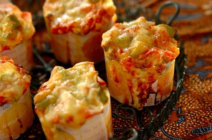 マフィン生地にハラペーニョやアボカド、トマトにチーズをトッピングしたメキシカンマフィン。ハラペーニョがピリッと辛く食べがいのあるごちそうマフィンです。