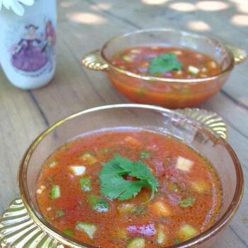 トマトジュースを使ったミキサーいらずの簡単!ガスパチョ風スープレシピ。暑い夏の日にさっぱりと食べたいスープです。青唐辛子が味をピシッと引き締めてくれますよ。