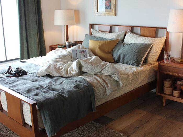 ウォールナットの艶感と深みのある色合いが、アメリカのヴィンテージ感を漂わせるベッド。経年変化で味わいを増した木の質感は、西海岸風のリラックスした空間づくりにも自然になじみます。