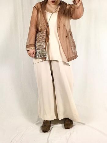 涼し気なシアーシャツは春の海コーデにぴったり。ブラウンとホワイトでまとめて、大人っぽく仕上げましょう。