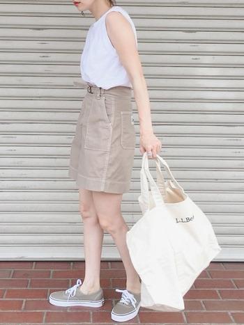 一見子供っぽく見えそうなTシャツ×ショーパンのコーデも、大人っぽく見えるミルクティーカラーで攻略。大人のヘルシーな肌見せコーデに仕上がっています。