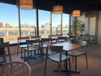「体験Dining 和色」はおしゃれな和食と日本文化の体験プランを楽しめる話題のレストラン。お店は隅田川を見下ろす絶好の場所にあり、テラス席も用意されています。