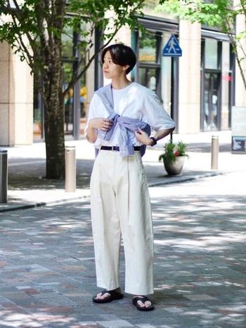 紫外線が気になる足元は長ズボンがいい!という人は、オールホワイトコーデがおすすめ。暑苦しさを軽減し、涼し気に見せてくれます。羽織を斜め掛けして、おしゃれ&紫外線が気になるときに羽織ってUV対策にも。