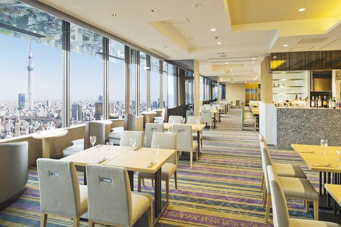 浅草ビューホテルの26階にあるスカイグリルビュッフェ「武蔵」は、ビュッフェの充実度も眺めの良さも高得点の人気レストラン。小学生や幼児は割安で利用できるので、子供連れでも楽しめます。スカイツリーが目に入ったら、お子さんの歓声が上がりそう♪
