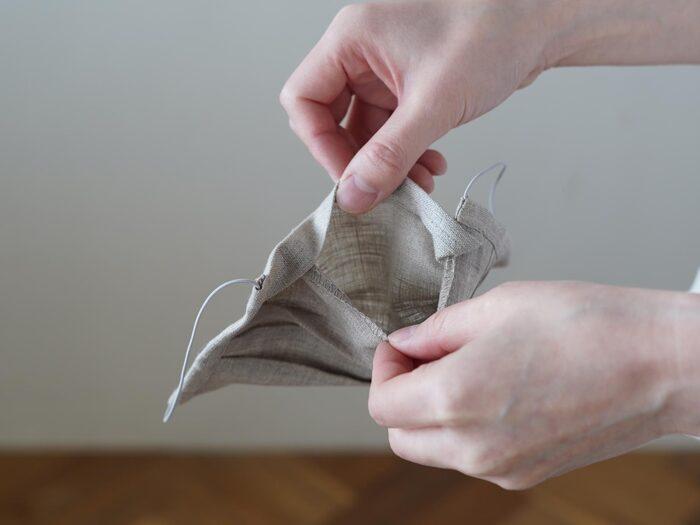 マスクの内側には、フィルターやガーゼを入れられるポケットが付いています。高性能のフィルターを使うと、花粉やウイルスを防いでくれるので安心。