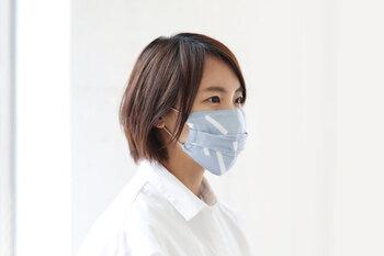 夏らしい涼やかな色合いのマスク。通気性の良い和晒生地でできていて、使えば使うほど柔らかさがアップします。サイズは縦9.5cm×横19cmです。
