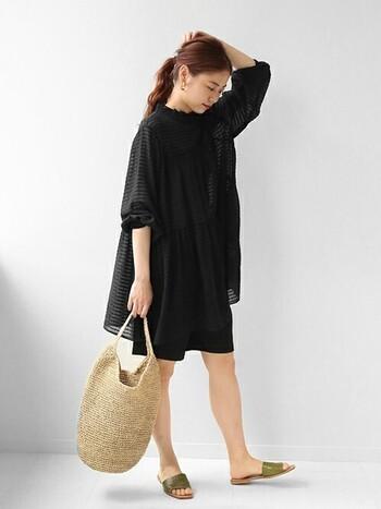 黒が好きだけど夏は着づらい…という人におすすめのショーパン海コーデ。リラックス感のある小物でさらに抜け感を作っています。