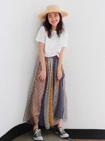 大胆な色柄のスカートは、一枚で主役級。他のアイテムをシンプルにすることで、バランスのとれたコーデに。白Tと麦わら帽子が海気分を盛り上げます。