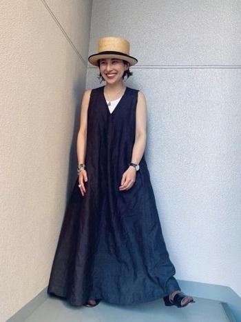 布をたっぷり使ったワンピースは、ふんわり広がる裾がとってもロマンチック。それに麦わら帽子を合わせることで、フレンチガーリーな海コーデに仕上がっています。麦わら帽子のリボンとワンピースの色を黒に統一することで、大人っぽさも忘れないお手本コーデ。