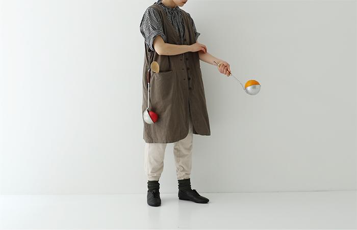 ジャム職人であるmitsukojiさんとコラボして生まれたエプロン。両サイドのループにキッチンツールや布巾を引っかけることができ、お料理中に特に便利。上質なコットンリネン素材で、ファッション性も高い一枚です。
