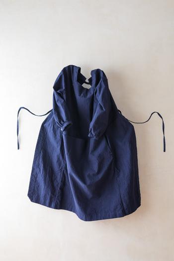 ワークコートの丈夫さ、割烹着の利便性、納付ポケットのポケットと蹴回しを合わせて作ったいいとこどりな割烹着。腕も動かしやすく、脚も自由に動かせるデザインになっています。
