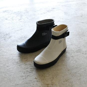 市場での水場や土木作業に使えるゴム靴を元につくった「810s」。バックルつきで、着脱しやすいのにフィットして動きやすいので庭仕事にはうってつけ。もちろん、スタイリッシュな見た目でタウンユースにもぴったりです。
