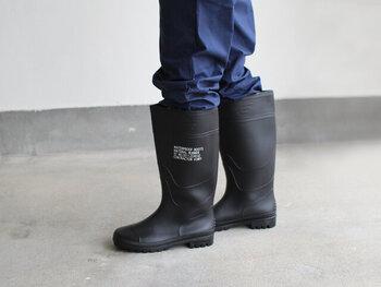 無骨なシルエットとステンシルロゴがかっこいい長靴です。ひざ下までしっかり覆ってくれるので、洗車などの水仕事にもおすすめです。