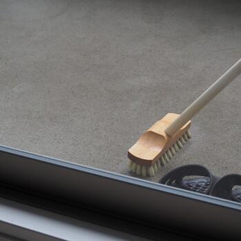 歯ブラシやウエスだけでは追い付かない!という場合はデッキブラシを使いましょう。粉末の重曹と水をまいてデッキブラシでゴシゴシします。重曹の研磨作用で汚れが落ちやすくなりますよ。