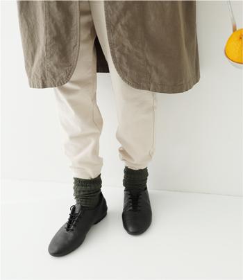 上で紹介したmitsukojiさんコラボのワークパンツ。リラックス感がありつつも、裾にかけて細くなるデザインでとってもスタイリッシュ。夏でも着用しやすいドライな質感に仕上げつつ、オーガニックコットンの柔らかさが肌に馴染む一枚です。