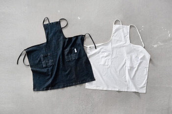 とにかくハードワークなパン屋さんの仕事にも耐えるものを目指して作られたエプロン。ストレッチ性のある生地を採用した「デニム」と、汚れのつきにくいハンズアップシャツの生地を使用した「ホワイト」の二種類から選べます。