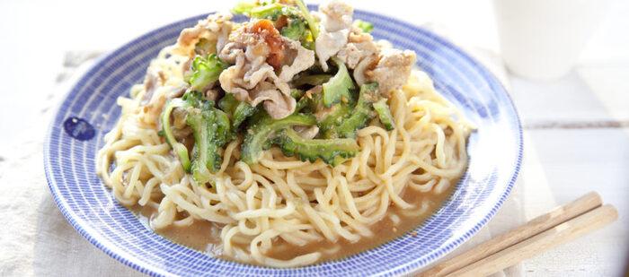 ゴーヤはカロテンやカリウムを多く含む夏バテ改善野菜。さらに抗酸化作用が高いビタミンCも豊富で、心身にたまる疲労やストレスを跳ね返します。疲れているときに頼りたい、レンジを使った簡単冷やし中華のレシピです。