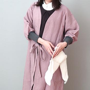 現代の暮らしに合うように作られた割烹着、「kapoc」。タオルをかけられるループや、ずり落ちて着づらい袖口のリブなど、実用性はばっちり。ナチュラルで可愛い色合いに加え、ジャケットのように着られるスタイリッシュなデザインです。