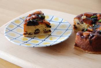 香川県高松市にある人気のパティスリーで、完全無添加のスイーツが作られています。中でもお勧めなのが、「ドライフルーツと木の実のケ-キ」。オーガニックレーズンをじっくりとラム酒に付け込み、しっとりとしたケーキに。アイスティーとどうぞ。