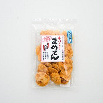 生地に大豆が練り込まれた、その名も「まめてん」。一つ一つ丁寧に焼いてから、国産の米油でカラリと揚げています。つい何度も手が伸びてしまう、味と食感でファンも多いです。