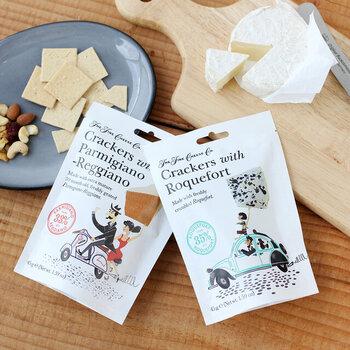 お洒落なパッケージが目を引くコチラは、チーズ専門店が作ったチーズフレーバーのクラッカー。味はパルミジャーノレッジャーノとブルーチーズがあり、それぞれ生地に33%も練り込まれているので、しっかりチーズを味わうことが出来ます。