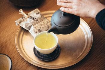 お茶の色味からも雑味の無いスッキリした味わいが感じられる煎茶。夏の和菓子をいただく際、こんなお茶と一緒なら幸福感が増しそうです。
