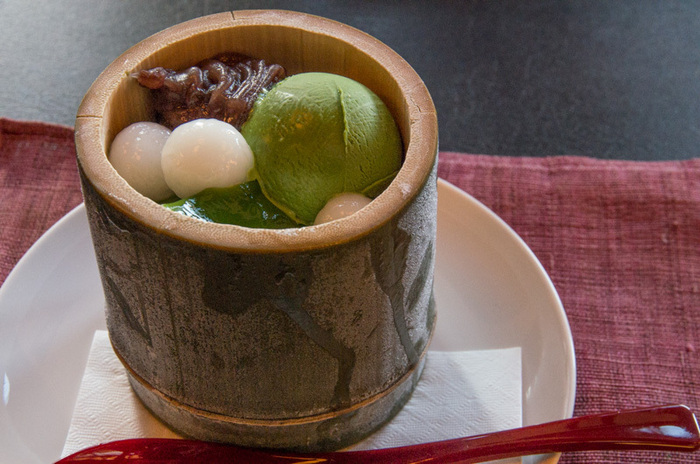 創業160余年、京都宇治にあるお茶屋の老舗・中村藤吉本店。 お茶を使ったスイーツが数多く並んでいますが、この時期とくに人気なのが「生茶ゼリイ」。自社で挽いたお茶を使用し、その旨味がこの生茶ゼリイに凝縮されています。