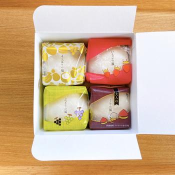 自由な発想で旬のフルーツの美味しさを追求した人気の商品です。フルーツを白餡とホイップクリームと一緒に、もちもちの柔らかいお餅で包まれています。この白餡は熟練の職人さんが京都ならではの製造法を守り丹精込めて作られていて、保存料や添加物も一切使われていません。上品な甘みが幸せを感じさせてくれます。