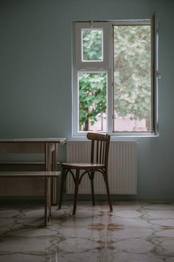 朝起きたら、まずは窓をオープン。きれいな空気を部屋と体に取り込みましょう。太陽の光が脳内のセロトニン量を増やし、心の安定を作り出します。おうち時間は外に出ずに太陽の光を浴びないこともあるから、意識してスタート。