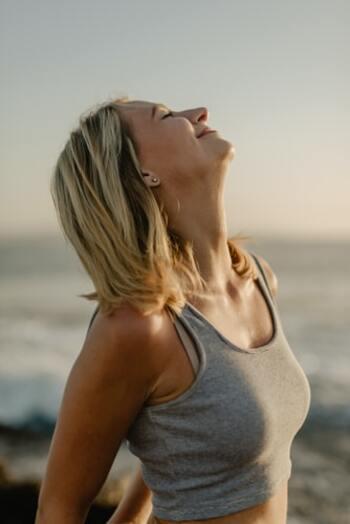 """深呼吸する時は、全身の空気が新鮮な空気に入れ替わっていくことをイメージして。大きく息を吸い込んで体内の酸素量をアップさせると、副交感神経が優位になって緊張がほぐれます。余裕を持った""""丁寧な朝""""のスタートに欠かせません。"""