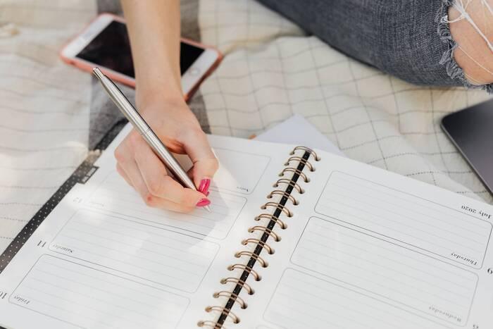"""一週間分の目標を書きますので、スケジュール帳を使うのがおすすめ。 ポイントは""""目標であってTO DOリストではない""""こと。例えば以下のようになりますよ。  役割【母】:家族の今日の出来事を聞いて会話を膨らませる。 役割【上司】:職場が円滑に進む声がけをする。 役割【女】:寝る前のスキンケアを丁寧に。  ここで立てる目標は長期的な目標達成へのステップ。最終的にどんな人でいたいか、周囲をどんな環境にしたいか、イメージを膨らませて書いてみましょう。"""