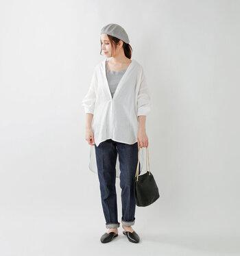 グレーのレース付きタンクトップに、白シャツを合わせたコーディネート。ボトムスはベーシックなデニムで、大人の休日スタイルにぴったりなシンプルスタイルです。バッグとシューズは黒でカラーを合わせて、タンクトップと同じグレーのベレー帽が、おしゃれ度を高めるワンアクセントに。