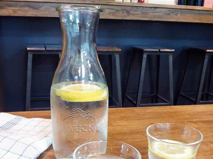 100年愛されているという、ドイツのガラスメーカー「WECK(ウェック)」のジュースジャー。ピッチャー感覚でテーブルの上に出しっぱなしにしても、サマになるおしゃれさが魅力です。出し入れしやすく洗いやすい広い間口のボトルは、扱いやすさも◎