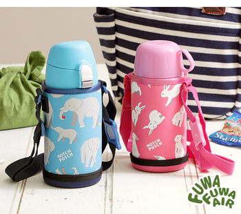 直飲み用としても、コップタイプとしても使える2wayの水筒は、学校や幼稚園などで水筒が必要なご家庭にもぴったりのアイテムです。シーンに合わせて使い方を変えられるので、手に馴染みやすいふわふわのボトルポーチが付属しているので、小さなお子さん用としてもぴったり。