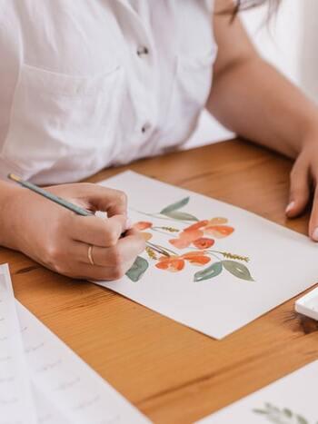 """趣味の時間。それは自分の好きなことを通してストレスから解放され、心をやわらかくする時間です。できるだけ気持ちの負荷をかけずに作業をしましょう。絵を描き上げたいと思って取り組むのはいいけれど、""""描き上げなければならない""""わけではありません。自分の心に栄養を与えるつもりで過ごしてくださいね。"""