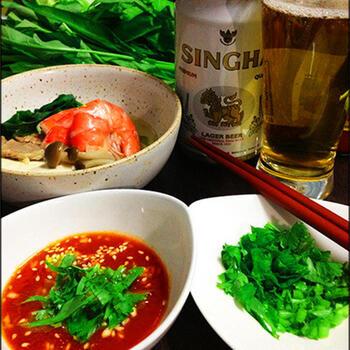 こちらは、本格タイ風鍋レシピになります。味付けにごま油やしょうゆ、鶏がらスープの素が使われているので、日本人でも口に合う味付けになっていますよ。パクチーが好きな人にもおすすめのレシピ。春雨が入っていてヘルシーなのでダイエットにも◎。夏におすすめのエスニック鍋です。
