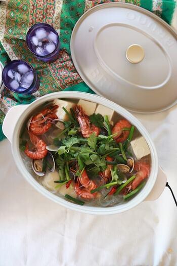ナンプラーを使った和風エスニック鍋です。えびとあさりが煮込まれた魚介のうまみたっぷりのスープを召し上がれ。具材には豆腐と春雨が使われているので、食欲がなくても食べやすいですよ。赤とうがらしやコブミカンの葉が入っているので、特に本場の辛さに挑戦したい人におすすめ。パクチーもたっぷり!