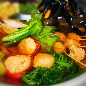 オクラや鶏肉詰めトマト、スライスしたきゅうりなど夏野菜がふんだんに使われた冷やし鍋になります。ムール貝は夏にぴったりの貝類であるあさりに変えてもいいですよ。つくねなどの食材は下茹でしてから出汁へ入れましょう。干し椎茸が出汁に使われているため、おつゆが透明で綺麗で涼しく夏らしい見た目です。今年は冷やし鍋デビューしませんか。