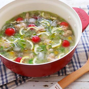 鶏ももとレモンやトマト、そして氷まで入った冷やし鍋。暑くて元気がない、さっぱりしたものが食べたいそんな時に、ちょうどな夏鍋です。白だしとオリーブオイルが使われていて見た目もおしゃれで元気が出るイタリアン風。