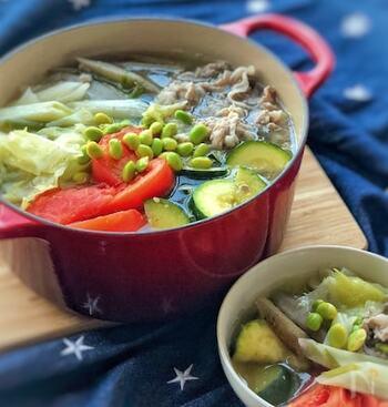夏野菜どっさり入ったレシピ。鍋には入れないようなズッキーニや枝豆なども入っているのがポイント。味付けにはレモンとブラックペッパーも使われていて、すっきりした味が楽しめます。トマトは最後のほうに入れて火を通しすぎないようにすると形も崩れず、酸味が抑えられて食べやすいですよ。夏バテ防止ばっちりな鍋!