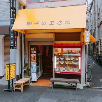 浅草で人気の餃子屋さんと言えば、まず一番に挙がるのがこちらの「餃子の王さま 」。庶民的な雰囲気の中華屋さんですが、実はミシュランビブグルマンにも選ばれている有名店なんです。