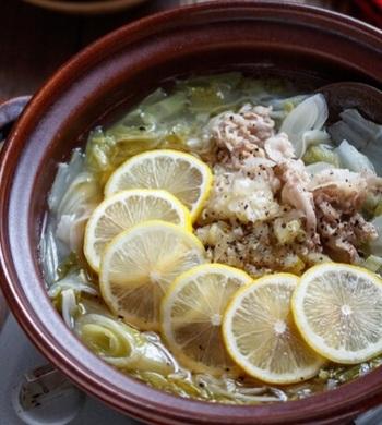ごま油で豚肉を焼いてから作るのがポイント。ひと手間でワンランク上の味をおうちで楽しむことができますよ。シンプルな豚肉と白菜にレモンとブラックペッパーが入り、食欲を刺激してくれるさっぱり鍋です。塩が効いているので熱中症の予防にも◎。