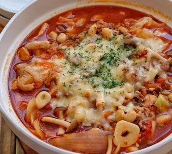 大豆も入ったトマトスープのような鍋。にんにくもたっぷり入っていてスタミナも十分。味付けにはウスターソースなどが使われていれ食べやすく仕上げています。最後にチーズを溶かし、〆にはご飯でリゾット風のほかにパスタを入れてもおいしく食べられますよ。何通りにも楽しめるお得な鍋です。