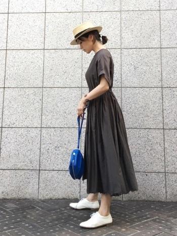ダーク系だけど肌馴染みの良い色味のワンピースは、着るだけで大人カジュアルになる魅惑のアイテム。夏らしいカンカン帽や、白いレースアップシューズでおじコーデのエッセンスをプラス。