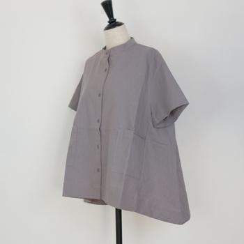 背中に行くに連れ長くなっているアシンメトリーのデザインのシャツ。普通のシャツよりも動きが生まれ、お腹もカバーされます。シャツの横にスリットが入ったものも◎。裾に仕掛けがあるシャツは下っ腹に近いため、ほっそり見せてくれるアイテムが多いです。見るだけだと分かりにくいかもしれないので、可能ならばぜひ試着するか、体に当てるなどして確認してみて。相性がいいのはシンプルなボトム。