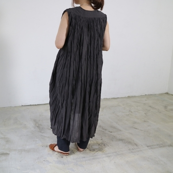暑い季節にぴったりなのが、ロングジレ。ぽっちゃりしていたり小柄な体型でも後ろ姿をすっきり見せてくれます。くしゃくしゃした素材なのも涼しい印象で◎。背中だけでなくトータルですらりとした印象にしてくれる夏のアウター。羽織るだけで決まるので便利な1着ですね。
