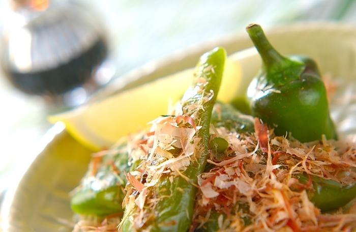 網焼きで軽く焦げ目がつくまで焼き上げるだけの簡単レシピ。レモン汁と醤油、鰹節をかければ風味豊かに。お好みで七味もどうぞ。