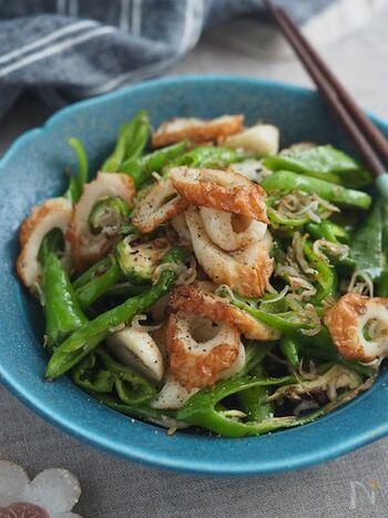 万願寺唐辛子とちくわ、じゃこをにんにくと油で炒めるペペロンチーノ風レシピ。作り置きもできますよ。
