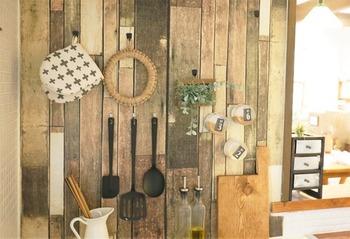 キッチンの壁にブリキプレートを両面テープで貼り付け、その上からリメイクシートを重ねています。マグネット式のフックにキッチンツールを掛けたり、マグネット付きのスパイスケースを壁に貼って、使い勝手の良い見せる収納に。