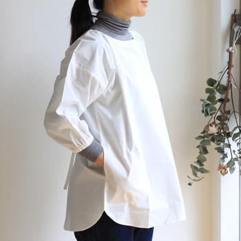 ショート丈の割烹着は、圧倒的な動きやすさが魅力。クラシカルな割烹着は、着るだけで丁寧に家事をしたくなります。オーソドックスなホワイトだけでなく、汚れがつきづらいスミ色もあるので、好きな方を選べます。